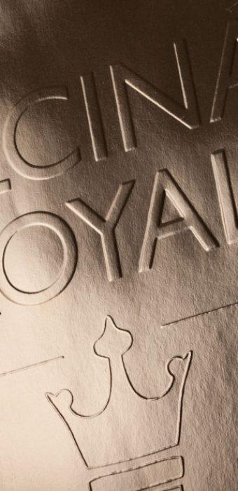 """Бумажный пакет из металлизированной дизайнерской бумаги с конгревом для компании """"Alcina Royal"""". Печать шелкографией."""