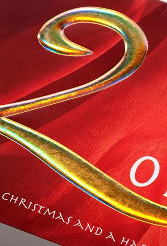 Образец тиснения фольгой, конгревного тиснения и выборочной УФ-лакировки на примере новогодней открытки