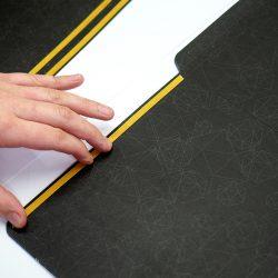 Нанесение двухстороннего скотча на конверт