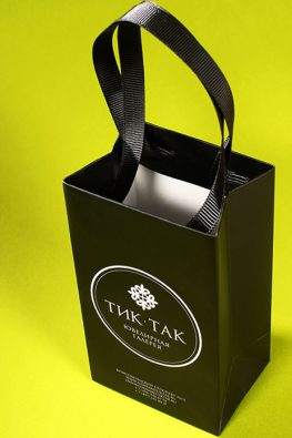 """Бумажный пакет с ручками лентами для ювелирной галереи """"Тик-так"""""""